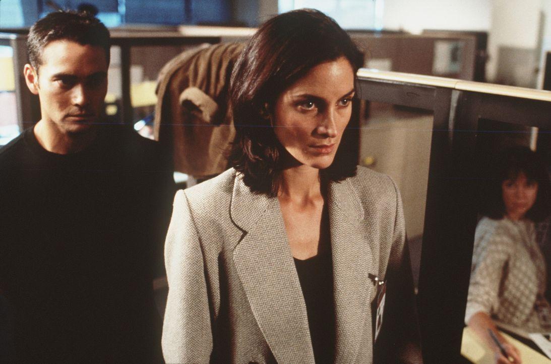 Erst spät erkennen Michael Bishop (Mark Dacascos, l.) und die FBI-Agentin Lou Castle (Carrie-Ann Moss, r.), dass die eigentlichen Hintermänner in... - Bildquelle: New City Releasing