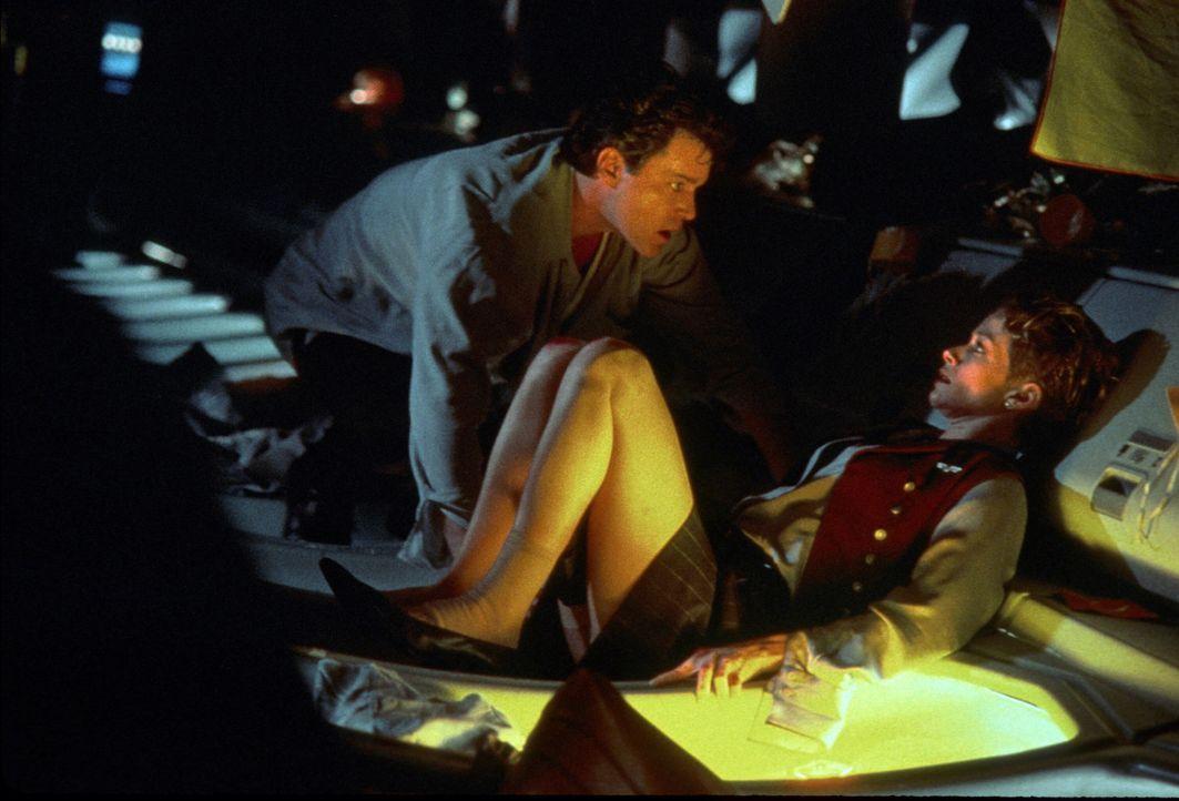 In der Hand eines wahnsinnigen Killers (Ray Liotta, l.): die junge Stewardess Teri Halloran (Lauren Holly, r.) ...
