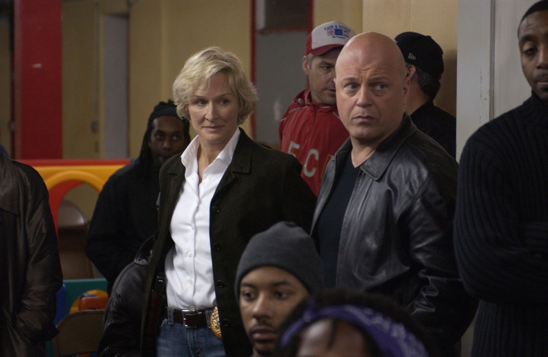 Captain Monica Rawling (Glenn Close, l.) ist einerseits fasziniert von Det. Vic Mackey (Michael Chiklis, 2.v.r.), andererseits hat sie zu ihm kein V... - Bildquelle: 2005 Twentieth Century Fox Film Corporation. All Rights Reserved.