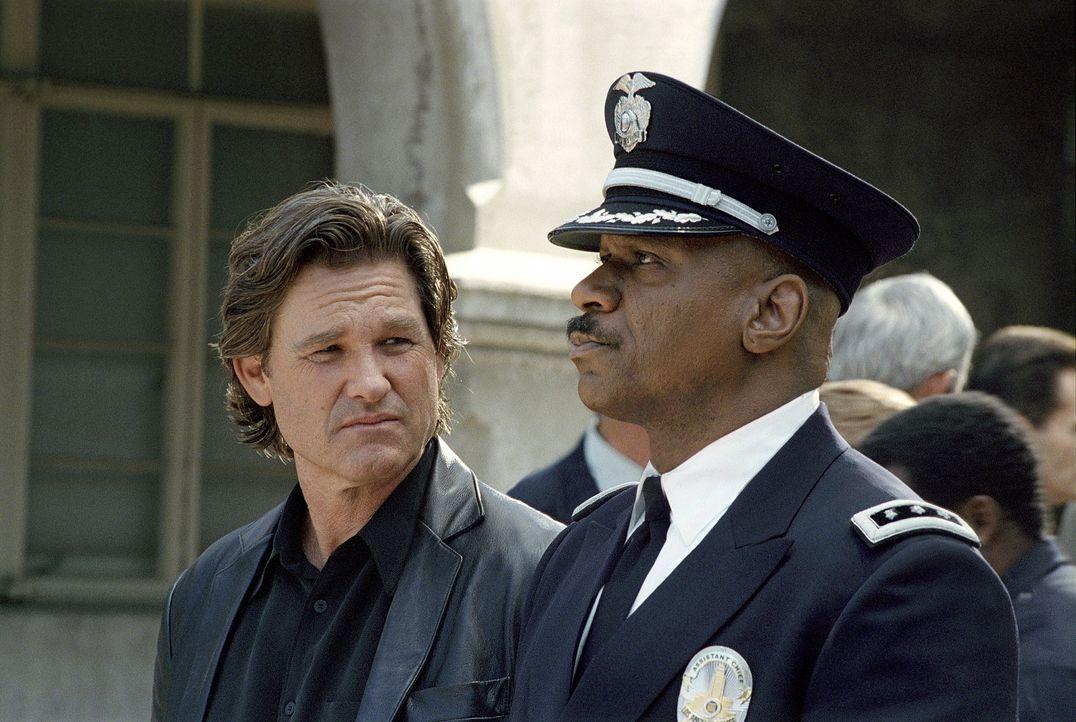 Im Kampf gegen das Verbrechen überschreitet Perry (Kurt Russel, l.) immer häufiger die Grenzen des Erlaubten und übt oftmals Selbstjustiz. Dies i... - Bildquelle: Tobis Film