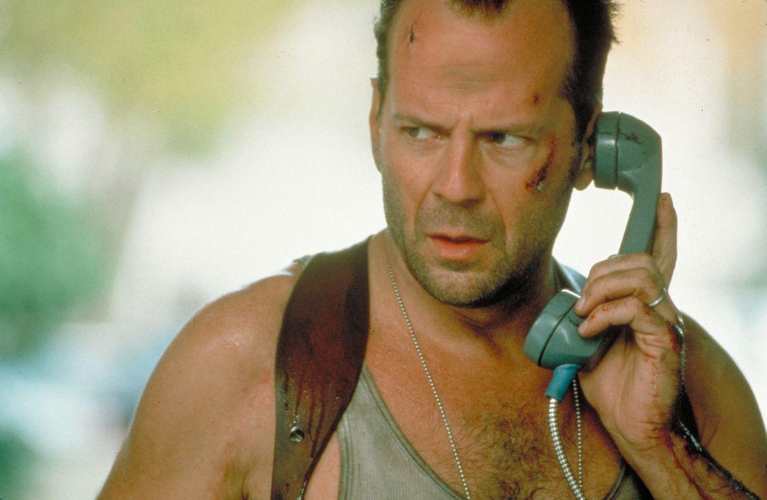 Eigentlich ist McClane (Bruce Willis) vom Dienst suspendiert, doch als ein Terrorist namens Simon zuerst ein Kaufhaus in die Luft sprengt und danach... - Bildquelle: Buena Vista Home Entertainment © 1995 Cinergi Pictures Entertainment Inc. Cinergi Productions N.V. Inc. and Twentieth Century Fox Film Corporation