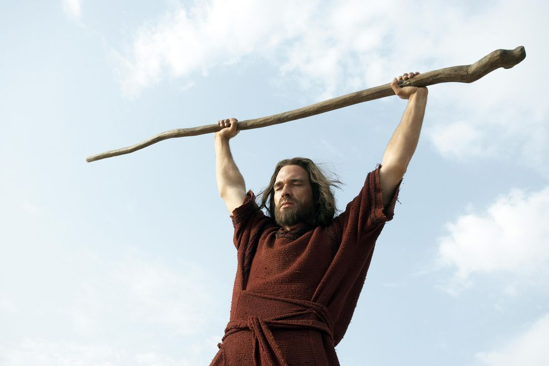 Mit Gottes Hilfe teilt Moses (Dougray Scott) das Meer um sein Volk zu retten ... - Bildquelle: Hallmark Entertainment