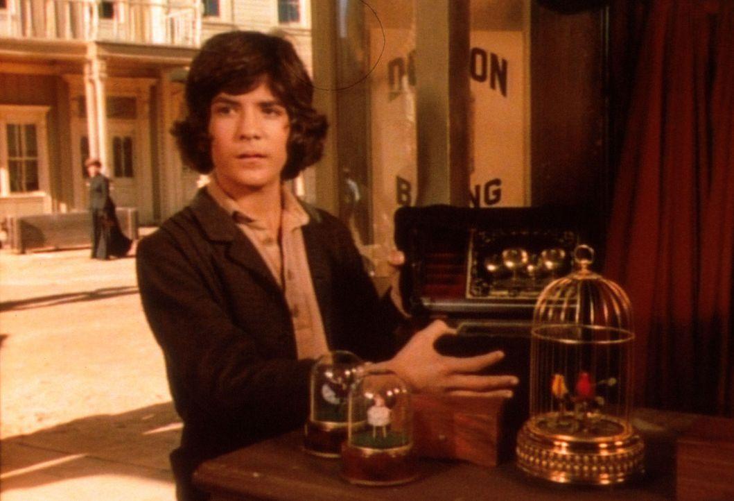 Albert (Matthew Laborteaux) hat in einem Geschäft eine Spieldose entdeckt, die er unbedingt der kranken Mary schenken will. - Bildquelle: Worldvision