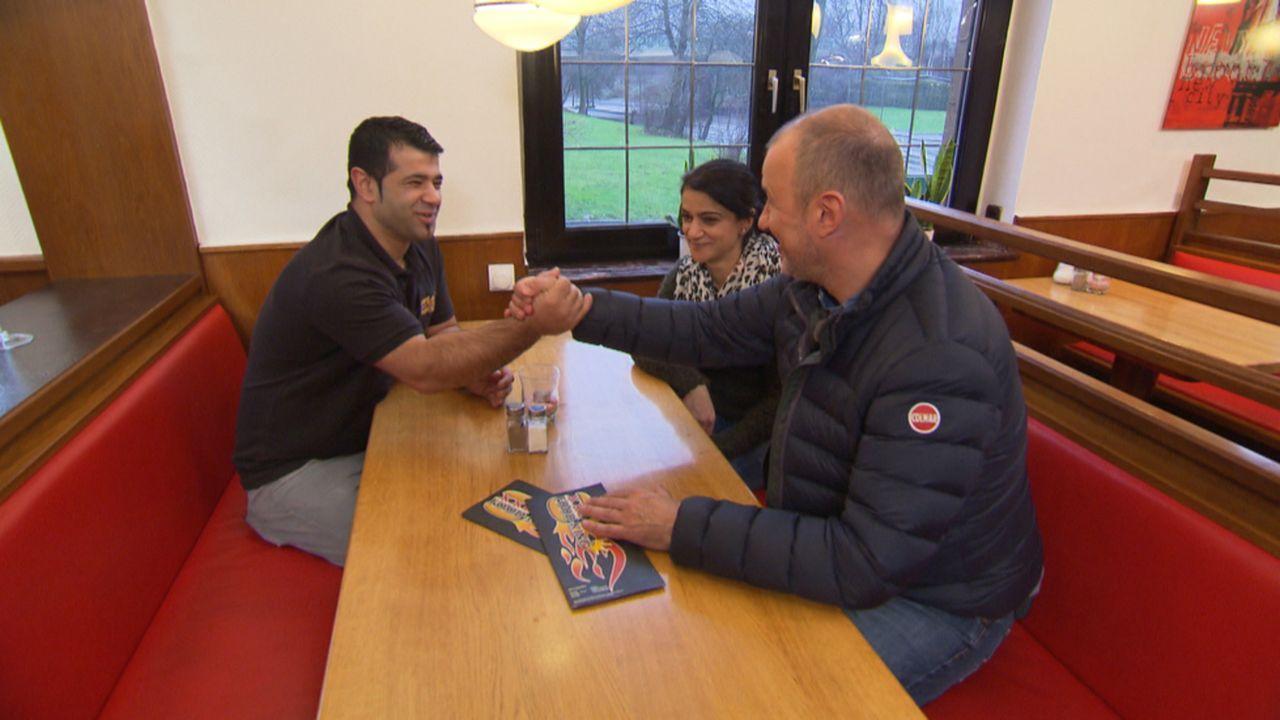 """Im """"XXL-Food-King"""" in Gladbeck wird Frank Rosins (r.) Hilfe dringend gebraucht: Besim Irak (l.) und seine Schwester Nursan (M.) ... - Bildquelle: kabel eins"""