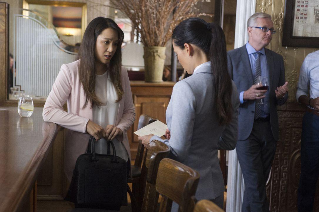 Watson (Lucy Liu, r.) und ihre Halbschwester Lin (Samantha Quan, l.) haben keine gute Beziehung. Ob der Tod ihres Vaters die beiden wieder zusammenf... - Bildquelle: Jeff Neira Jeff Neira/CBS   2017 CBS Broadcasting Inc. All Rights Reserved.