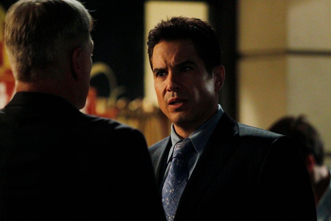 Paloma und Alejandro (Marco Sanchez, r.) wollen Rache für ihren Vater nehmen und deswegen soll Gibbs (Mark Harmon, l.) Vater Jackson sterben. Vater... - Bildquelle: CBS Television