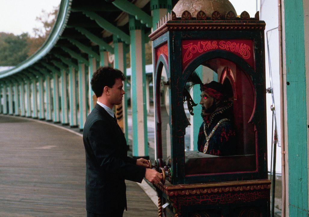 Das Leben als Erwachsener ist nicht leicht. In der Hoffnung, wieder ein Kind zu werden, kehrt Joshua Baskin (Tom Hanks, l.) zu der Jahrmarktmaschine... - Bildquelle: 20th Century Fox Film Corporation