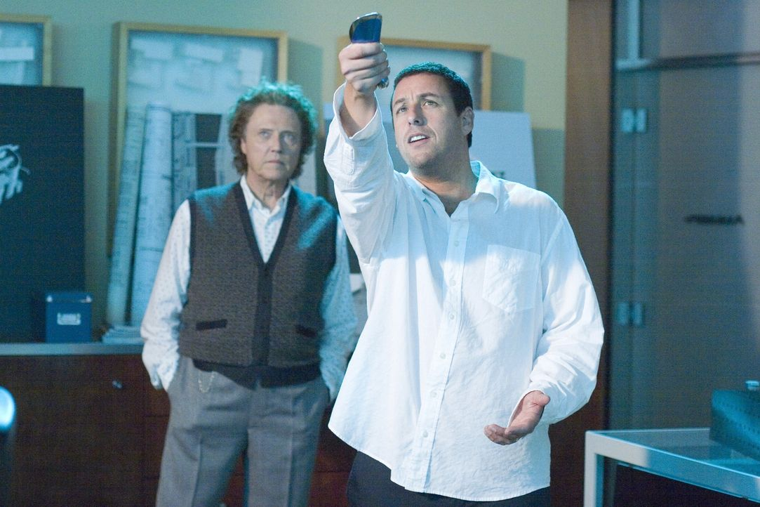 Michael (Adam Sandler, r.) bittet Morty (Christopher Walken, l.), den Erfinder der Fernbedienung, um Hilfe ... - Bildquelle: Sony Pictures Television International. All Rights Reserved.