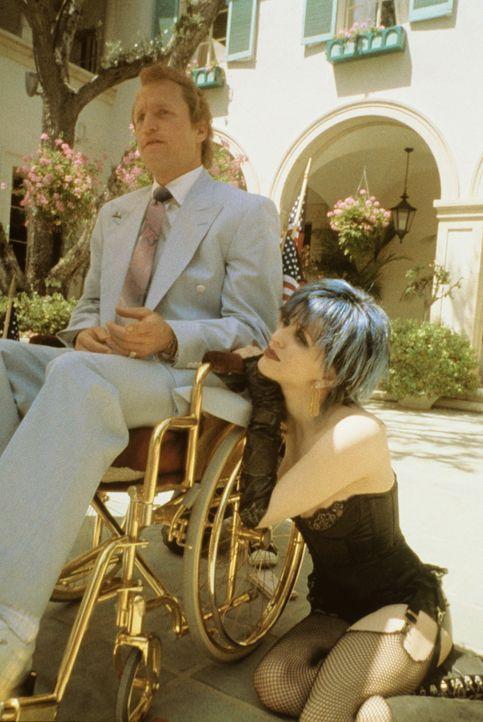 Alles nur vom Feinsten: Nur in einem vergoldeten Rollstuhl lässt sich Larry Flynt (Woody Harrelson, l.) von seiner Frau Althea (Courtney Love, r.)... - Bildquelle: Columbia Pictures