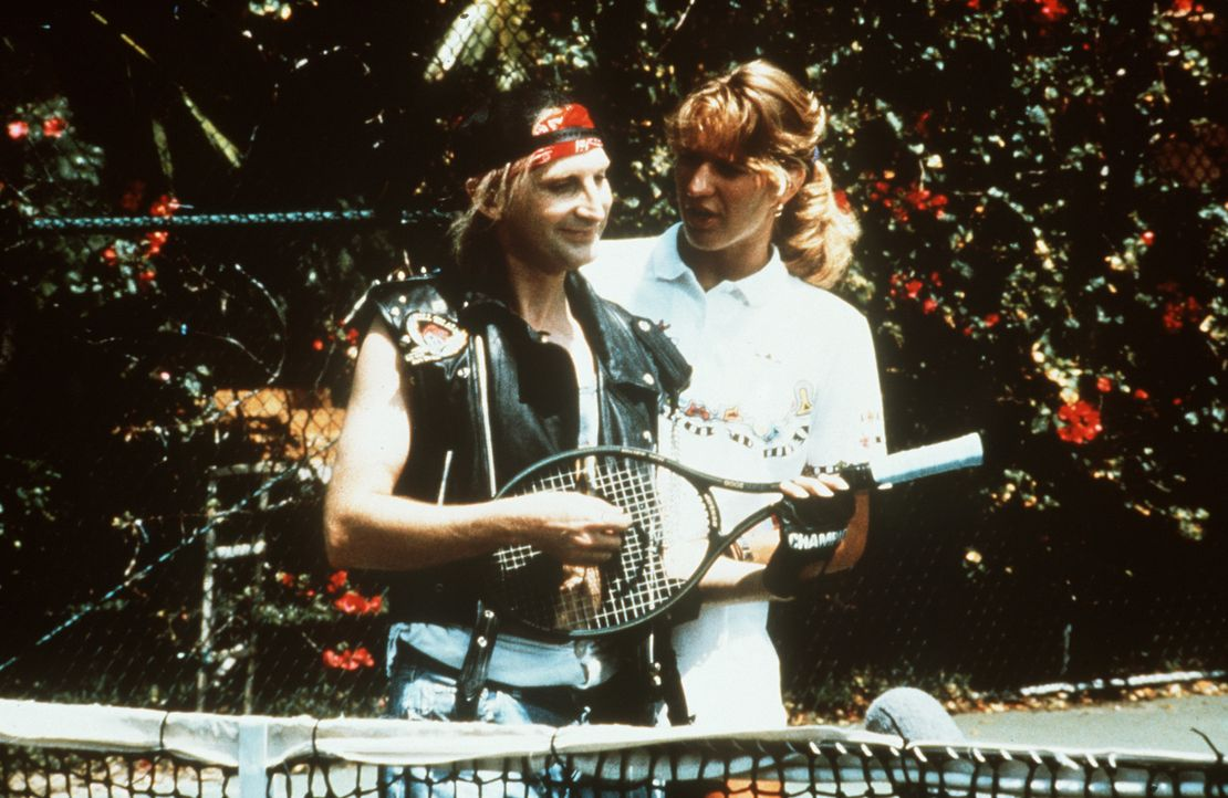 Die Tennislehrerin (Steffi Graf, r.) muss ihrem Schüler (Otto Waalkes, l.) erst einmal erklären, dass der Schläger kein Musikinstrument ist ... - Bildquelle: Rialto Film