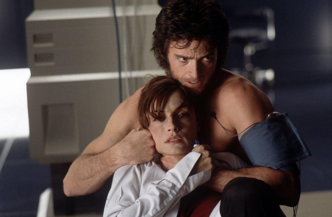 Wolverine (Hugh Jackman, r.) nimmt Dr. Jean Grey (Famke Janssen, l.) als Geisel. - Bildquelle: 2000 Twentieth Century Fox Film Corporation. All rights reserved.
