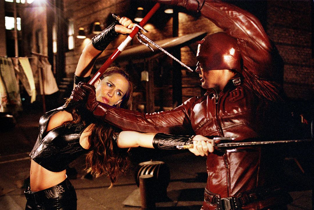 Tagsüber die große Liebe, nachts fliegen die Fetzen: Elektra (Jennifer Garner, l.) und Daredevil (Ben Affleck, r.) ... - Bildquelle: 2003 Twentieth Century Fox Film Corporation.  All rights reserved.
