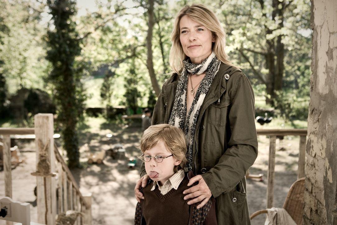 Als Ludos Schwester Lili (Barbara Rudnik, r.) ihren Sohn Lollo (Paul Maximilian Schüller, l.) im Kinderhort abliefert, ahnt niemand, dass der Kleine... - Bildquelle: Warner Bros.