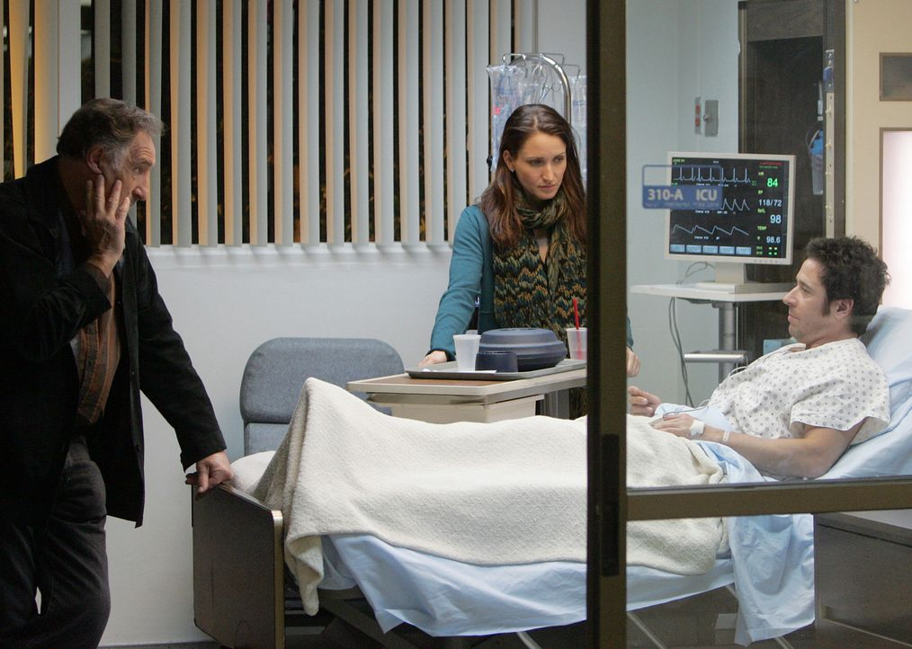 Robin (Michele Nolden, M.) und Alan (Judd Hirsch, l.) machen sich Sorgen um Don (Rob Morrow, r.), der bei einem Einsatz niedergestochen wurde ... - Bildquelle: Paramount Network Television