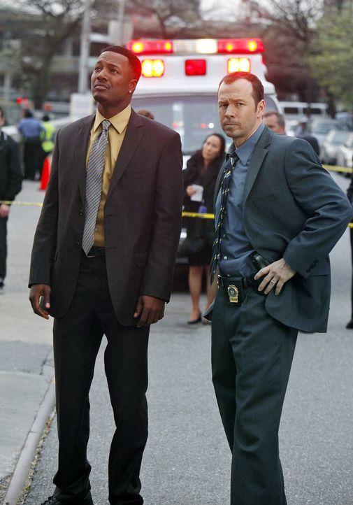 Zusammen mit seinem Kollegen Demarcus King (Flex Alexander, l.) macht sich Danny (Donnie Wahlberg, r.) auf die Suche nach der vermissten Teresa, die... - Bildquelle: 2010 CBS Broadcasting Inc. All Rights Reserved