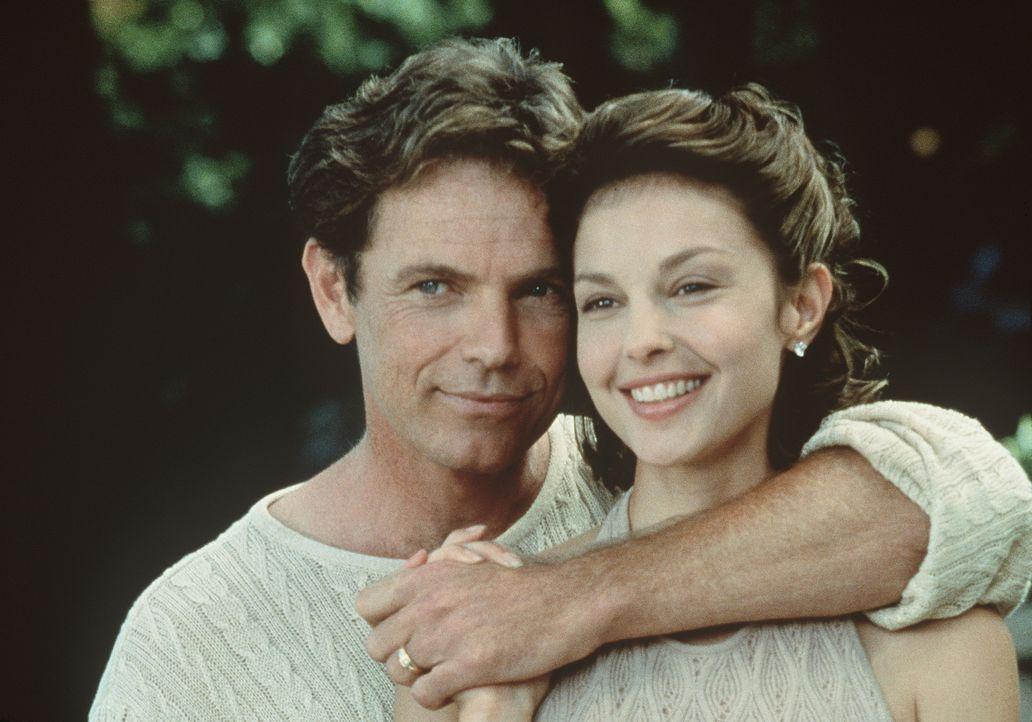 Führen scheinbar eine glückliche Ehe: Nick (Bruce Greenwood, l.) und seine attraktive Frau Libby (Ashley Judd, r.) ... - Bildquelle: Paramount Pictures