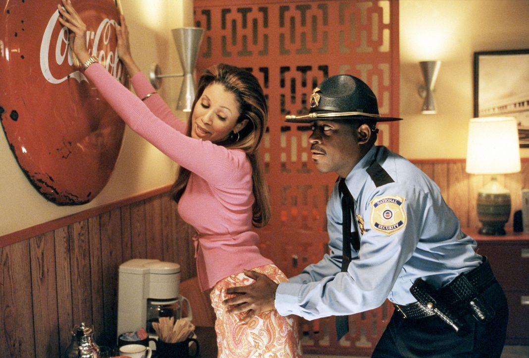 Gegen einen schönen Popo hat Earl (Martin Lawrence, r.) niemals etwas einzuwenden, insbesondere wenn er Lola (Mari Morrow, l.) gehört ... - Bildquelle: 2004 Sony Pictures Television International. All Rights Reserved.