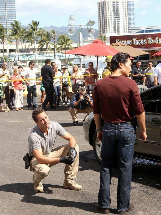 Während Danny überraschend Besuch von seinem Bruder bekommt, sind Steve (Alex O'Loughlin, l.) und Chin (Daniel Dae Kim, r.) auf Suche nach einem Kil... - Bildquelle: 2011 CBS BROADCASTING INC.  All Rights Reserved.