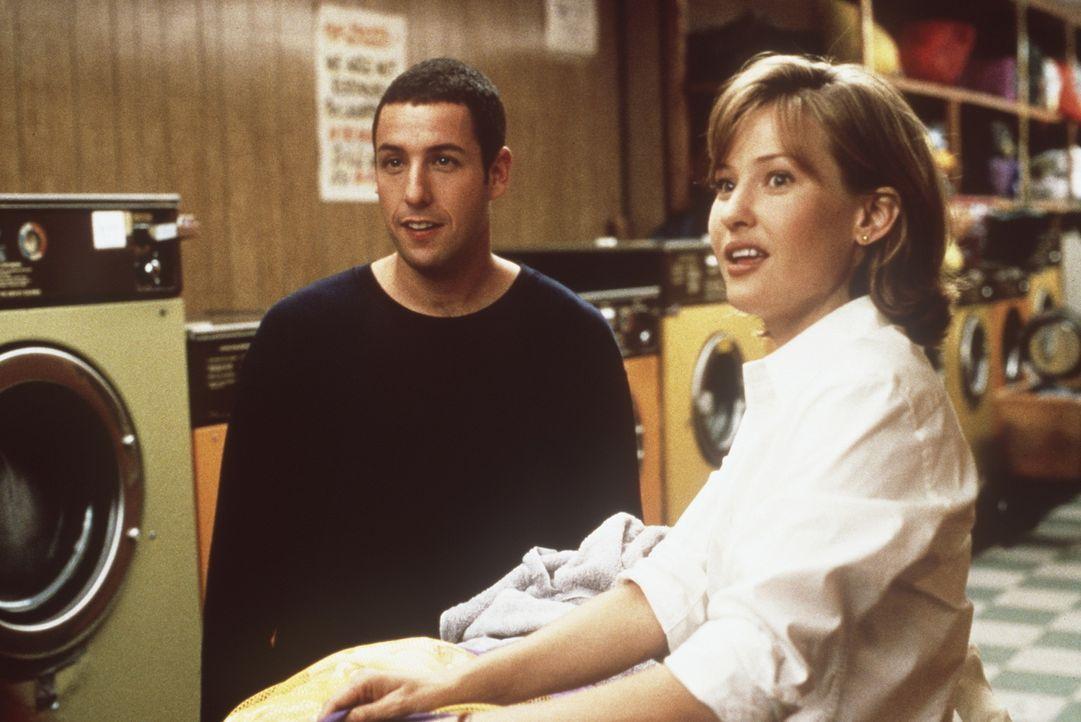 Eines Tages lernt Sonny (Adam Sandler, l.) die süsse Layla (Joey Lauren Adams, r.) kennen ... - Bildquelle: Columbia TriStar