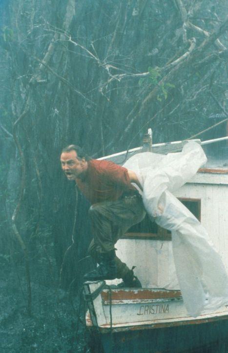 Der fanatische Schlangenfänger (Jon Voight) ist fest entschlossen, ein lebendes Exemplar der sagenumwobenen Riesen-Anaconda zu fangen, um sie gegen... - Bildquelle: Columbia TriStar