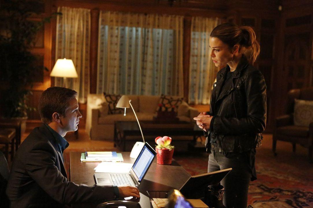 Chloe (Lauren German, r.) arbeitet mit Kyle Erikson (Michael Welch, l.) zusammen, um den Mörder eines beliebten Wohltäters zu finden, während sich L... - Bildquelle: 2016 Warner Brothers