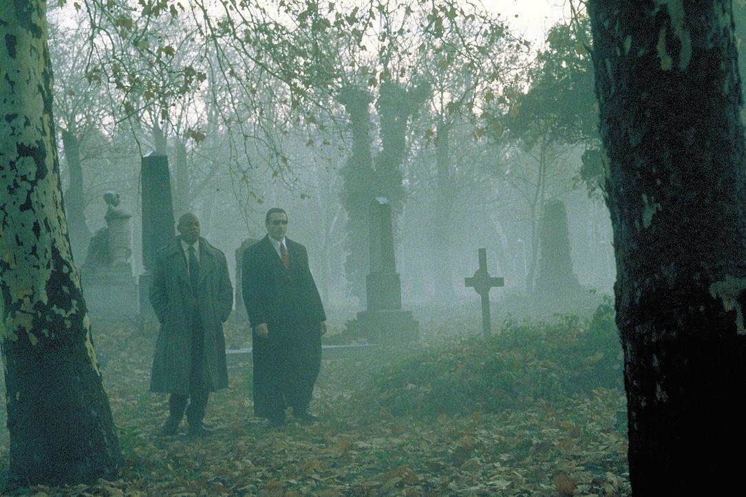 Ihre Ermittlungen führen Steve Grant (Bokeem Woodbine, l.) und seinen vampirischen Kollegen Aaron Gray (Adrian Paul, r.) auf den Friedhof ... - Bildquelle: 2004 Sony Pictures Television International. All Rights Reserved.