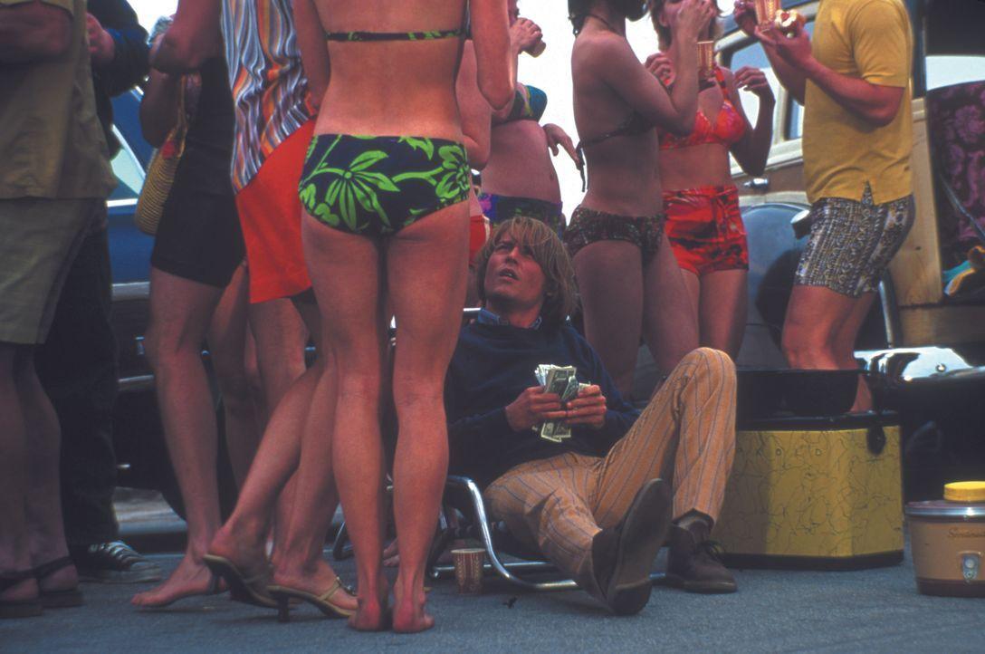 In Kalifornien zelebriert George Jung (Johnny Depp, sitzend) riesige Beachparties mit Unmengen von Marihuana. Doch dann stirbt seine Freundin Barbar... - Bildquelle: New Line Cinema