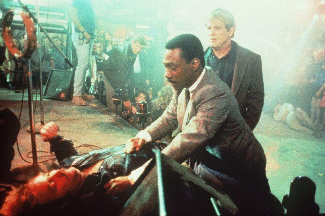 Selbst Plappermaul Reggie (Eddie Murphy, M.) lässt lieber Taten auf Worte folgen, als der brutale Drogen- und Verbrecherkönig Iceman ein Kopfgeld au... - Bildquelle: Paramount Pictures