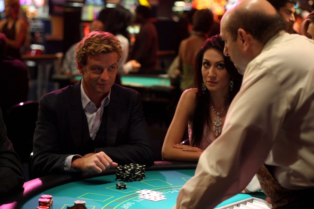 Um den neuen Fall zu klären, sieht sich Patrick Jane (Simon Baker, l.) etwas im Casino um ... - Bildquelle: Warner Bros. Television
