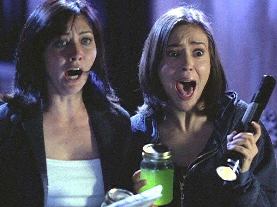 Unter Schock stehen Prue (Shannen Doherty, l.) und Phoebe (Alyssa Milano, r.) vor einem Grimlock. - Bildquelle: Paramount Pictures