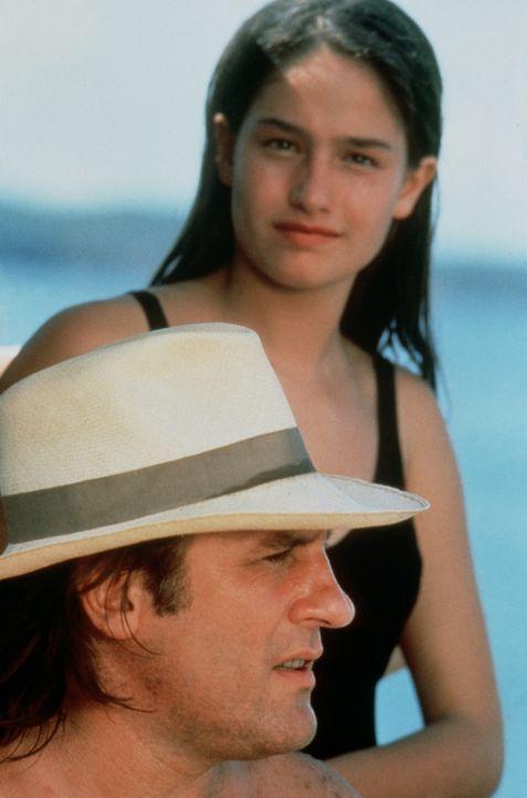 Im Urlaub auf Mauritius bemerkt André (Gérard Depardieu, vorne), dass sich seine halbwüchsige Tochter Véronique (Marie Gillain, hinten) zu einem höc... - Bildquelle: TF1 Films Productions