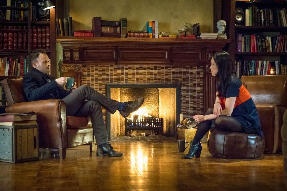Als eine Leiche mit Bissspuren am Hals gefunden wird, werden Holmes (Jonny Lee Miller, l.) und Watson (Lucy Liu, r.) an einen lange zurückliegenden... - Bildquelle: CBS Television