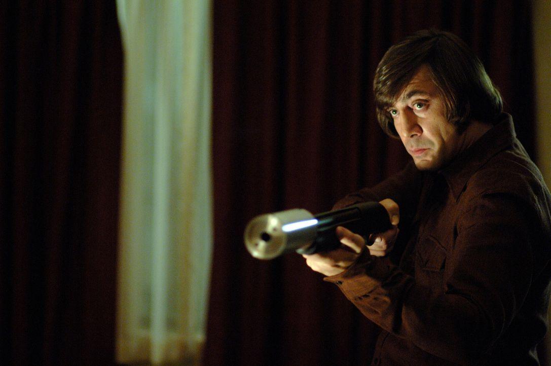 Noch glaubt Llewelyn Moss, dass er Anton Chigurh (Javier Bardem) umstimmen kann, wenn er das Geld rausrückt. Doch eine Bestie sollte man niemals re... - Bildquelle: 2008 by PARAMOUNT VANTAGE, a Division of PARAMOUNT PICTURES, and MIRAMAX FILM CORP. All Rights Reserved.