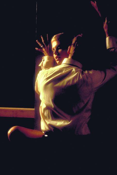 Obwohl Jillian (Charlize Theron, hinten) ein feines Gespür für die Veränderungen ihres Mannes (Johnny Depp, vorne) entwickelt, ahnt sie nicht, wi... - Bildquelle: 1999 New Line Productions, Inc. All Rights Reserved.