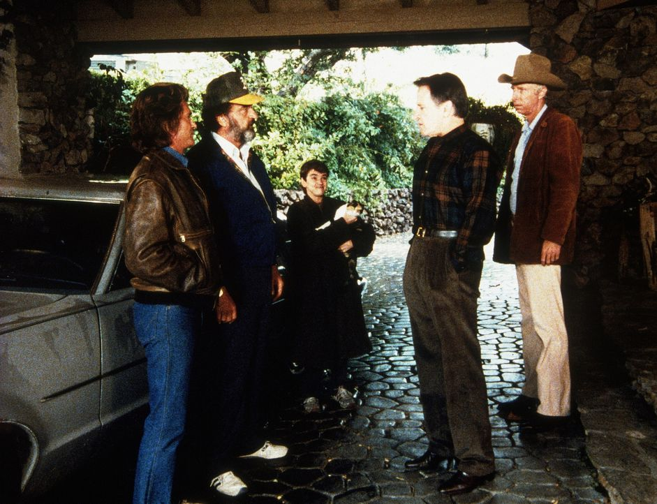 Jonathan (Michael Landon, l.) und Mark (Victor French, 2.v.l.) nehmen Arnie (John Franklin, M.) mit zu ihrem nächsten Arbeitsplatz. - Bildquelle: 20th Century Fox Television