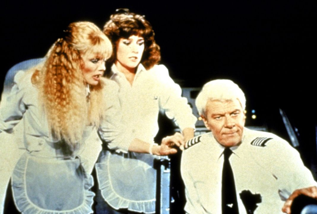 Captain Oveur (Peter Graves, r.) erhält einen wichtigen Auftrag: Mit dem Passagierraumschiff 'Mayflower I' soll er ausgewählte Fluggäste zum Mond... - Bildquelle: Paramount Pictures