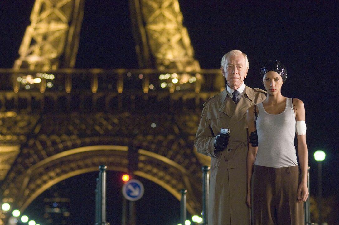 Schon bald befürchten die beiden Chaotencops, dass der einflussreiche französische Botschafter Reynard (Max von Sydow, l.) mit den Triaden gemeinsam... - Bildquelle: Warner Bros.
