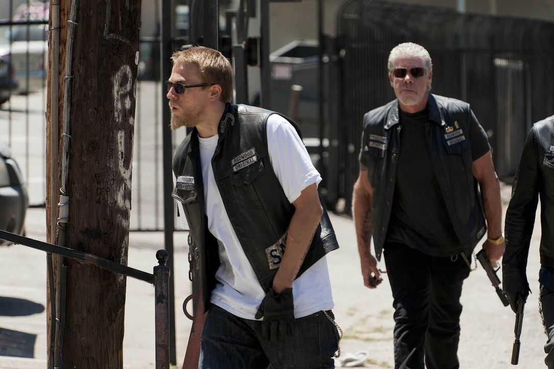 Jax' (Charlie Hunnam, l.) Freundin wird bedroht, doch wie viel hat Clay (Ron Perlman, r.) damit zu tun? - Bildquelle: 2011 Twentieth Century Fox Film Corporation and Bluebush Productions, LLC. All rights reserved.