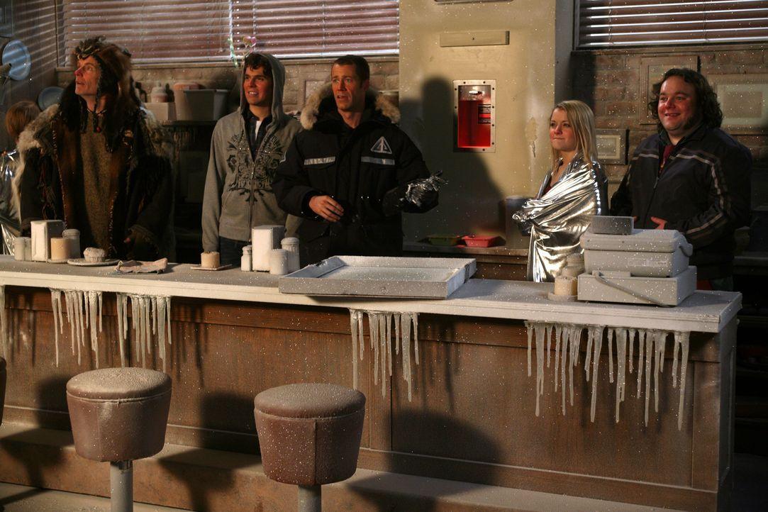 Eine kleine wissenschaftliche Sensation aus der Arktis trifft in Eureka ein: Jack Carter (Colin Ferguson, M.), Vincent (Chris Gauthier, r.) und Zoe... - Bildquelle: Universal Television