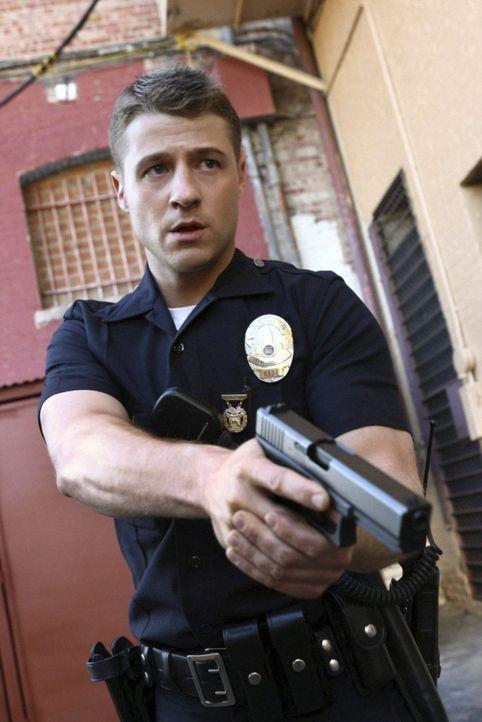 Und wieder kann Officer Ben Sherman (Benjamin McKenzie) einen Gangster stellen ... - Bildquelle: Warner Brothers