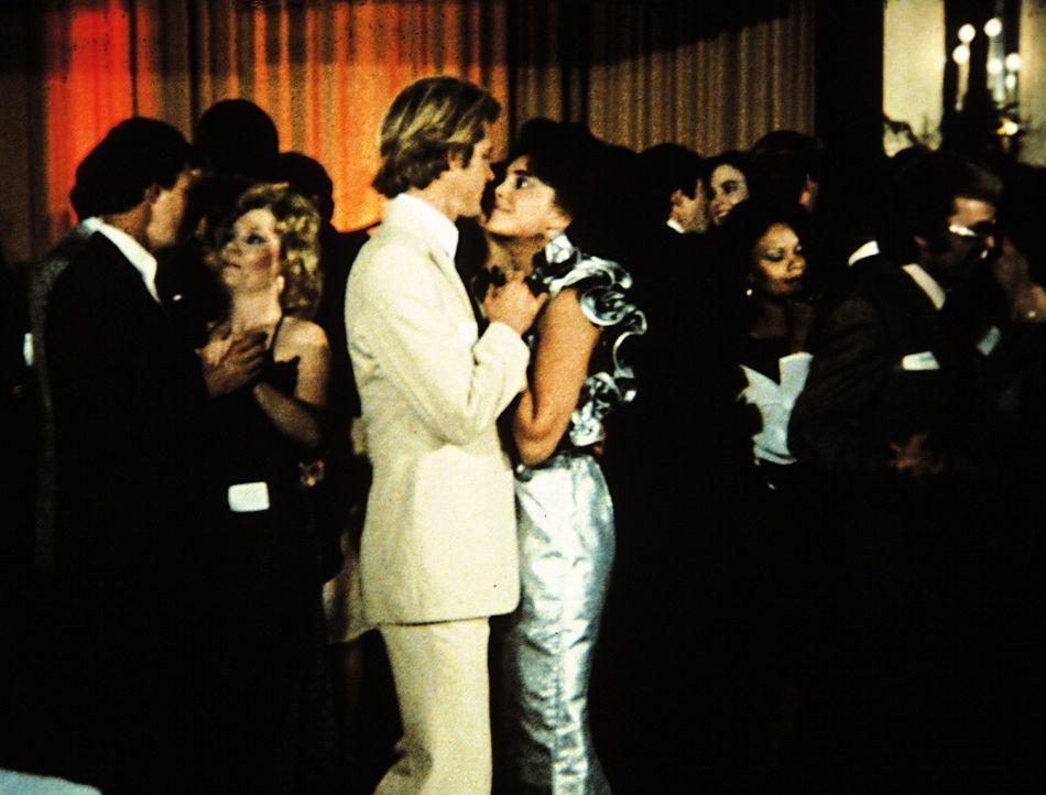 Barry (Brian Kerwin, 3.v.l.) und Elena (Julie Carmen, 4.v.l.) sehen sich beim Tanzen verdächtig tief in die Augen. - Bildquelle: Worldvision Enterprises, Inc.