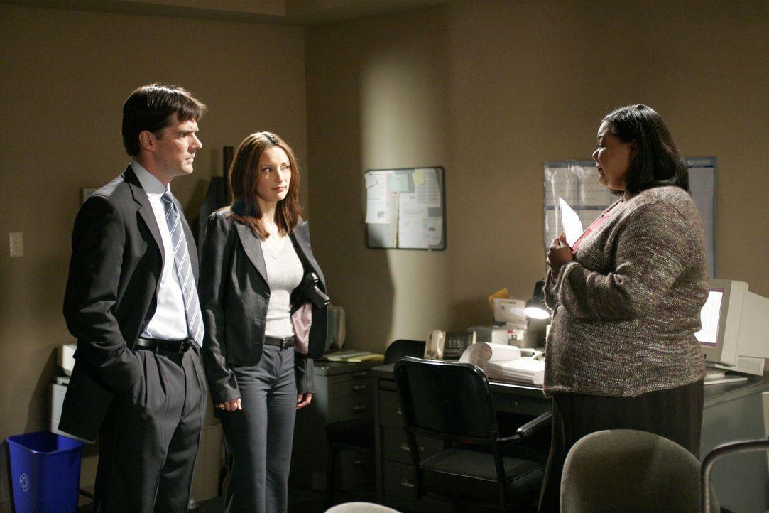 Agent Aaron Hotchner (Thomas Gibson, l.) und Agentin Elle Greenway (Lola Glaudini, M.) befragen Barbara Raleigh (Chane't Johnson, r.), um einen neue... - Bildquelle: Touchstone Television