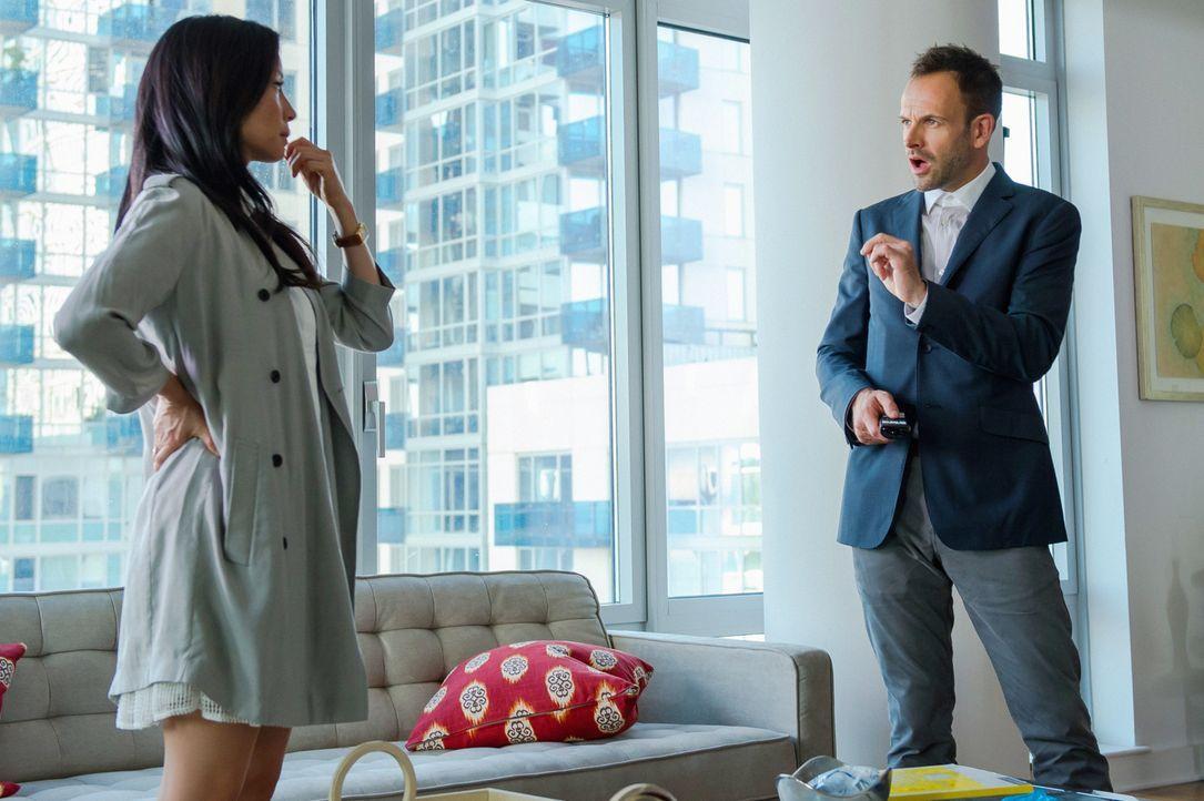 Als eine schöne junge Frau ermordet wird, beginnen Sherlock Holmes (Jonny Lee Miller, r.) und Joan Watson (Lucy Liu, l.) mit den Ermittlungen ... - Bildquelle: CBS Television