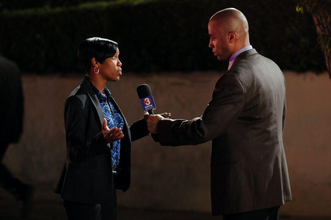 Ein Reporter (Brian Jones, r.) bittet Lydia (Regina King, l.), etwas über den aktuellen Stand der Ermittlungen im Fall der vermissten Kayla, zu sage... - Bildquelle: Warner Brothers