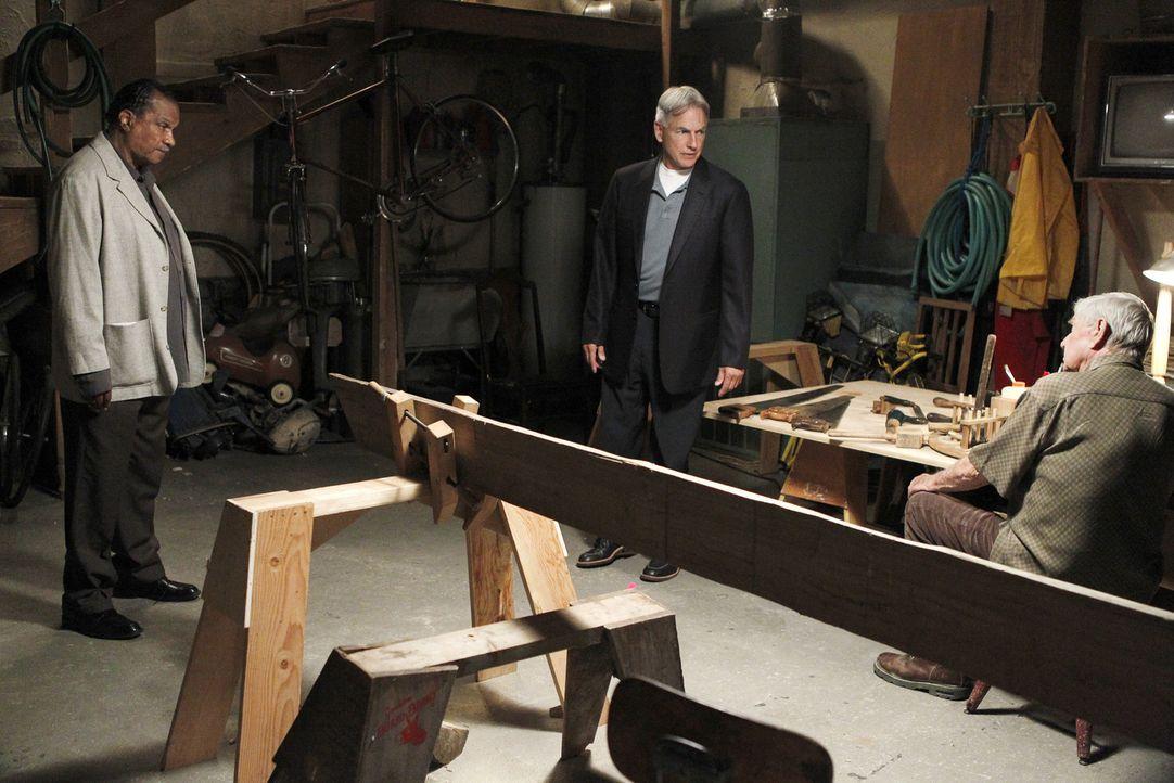 Während Gibbs (Mark Harmon, M.) an einem neuen Mordfall arbeitet, taucht ein alter Freund (Billy Dee Williams, l.) seines Vaters (Ralph Waite, r.) a... - Bildquelle: CBS Television