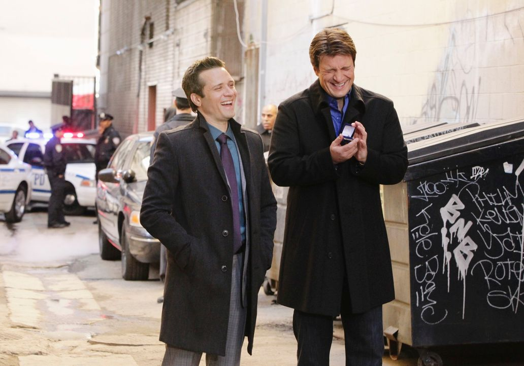 Ist Richard Castle (Nathan Fillion, r.) wirklich der richtige Ansprechpartner in Sachen Heiratsantrag? Kevin Ryan (Seamus Dever, l.) ist sich nicht... - Bildquelle: 2010 American Broadcasting Companies, Inc. All rights reserved.