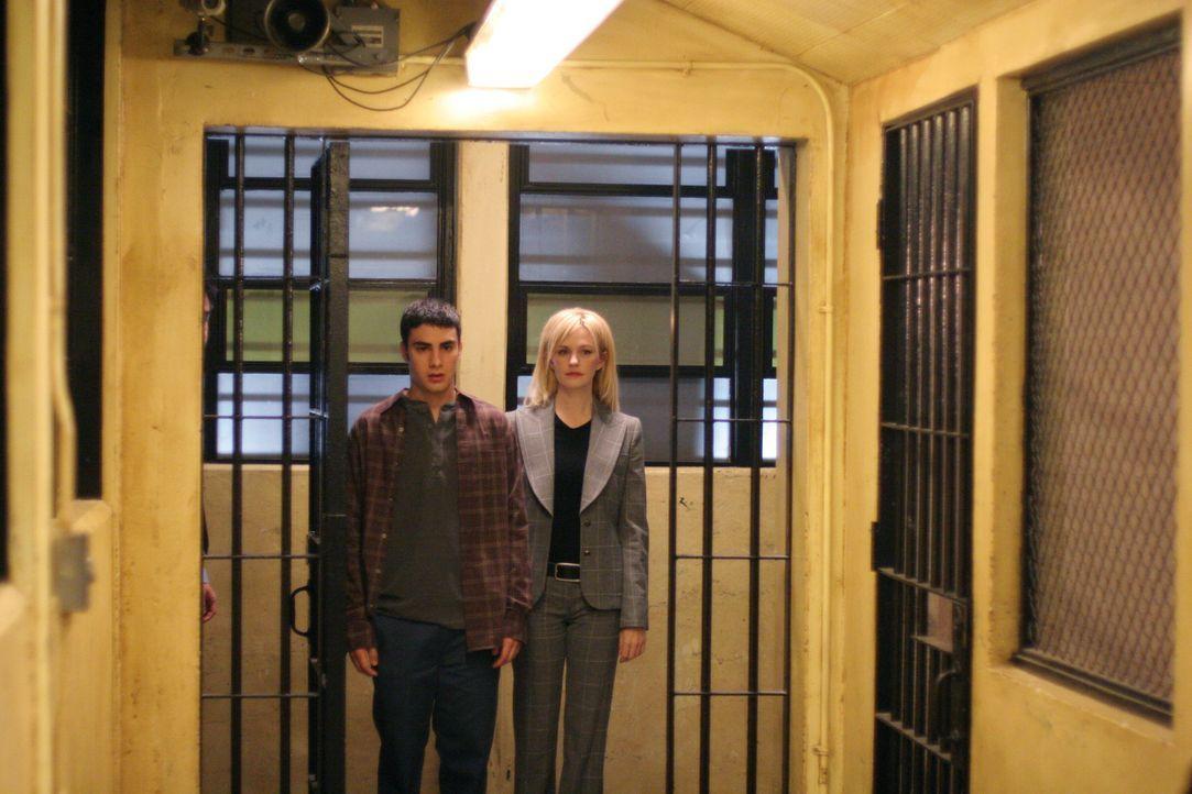 Det. Lilly Rush (Kathryn Morris, r.) begleitet Tommy Dicenzio (Tommy Savas, l.) zum Verhör ... - Bildquelle: Warner Bros. Television