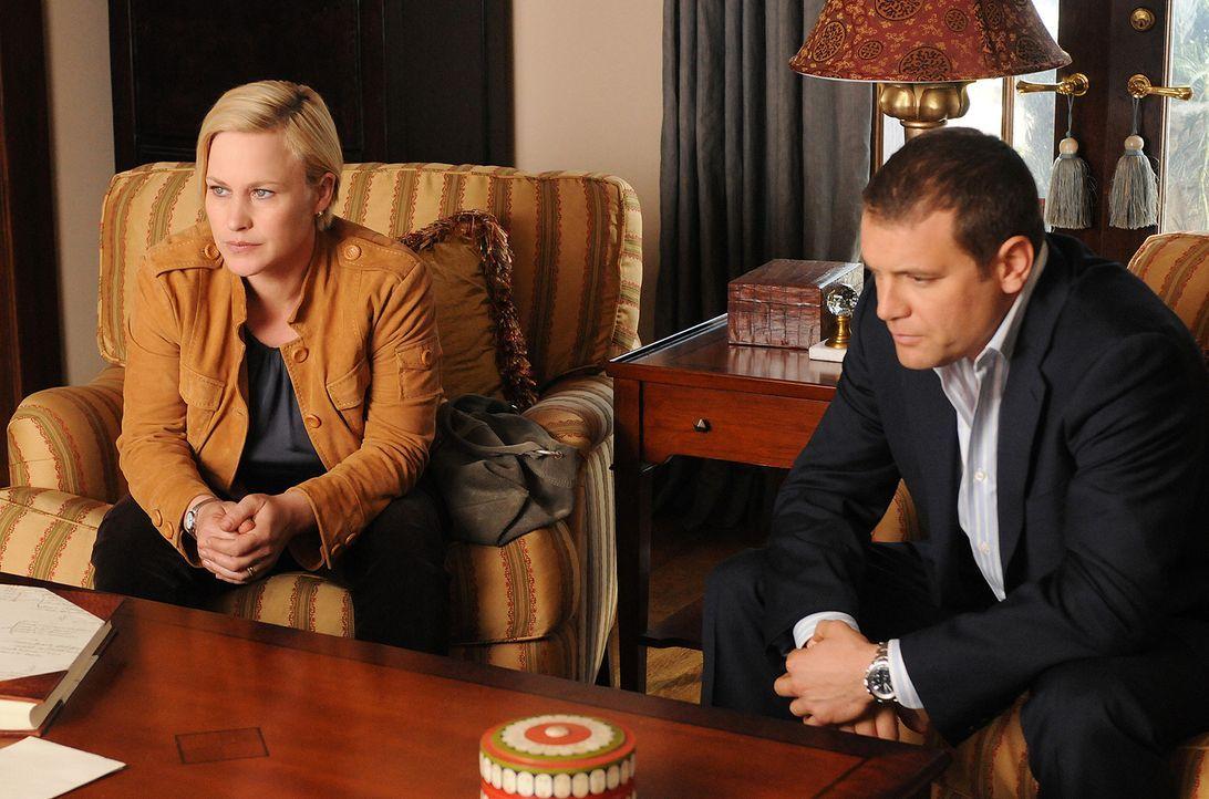 Devalos bittet Allison (Patricia Arquette, l.) und Detective Lee Scanlon (David Cubitt, r.), auf dem Weg ins Büro, bei ihm zu Hause vorbeizukommen.... - Bildquelle: Paramount Network Television
