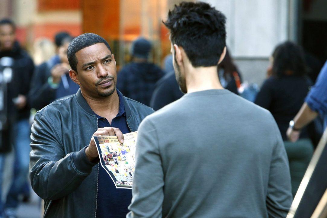 Kann Ethan Bernard (Mickey Solis, r.) Billy (Laz Alonso, l.) bei den Ermittlungen weiterhelfen? Oder hat er selbst etwas damit zu tun? - Bildquelle: Warner Bros. Entertainment, Inc.