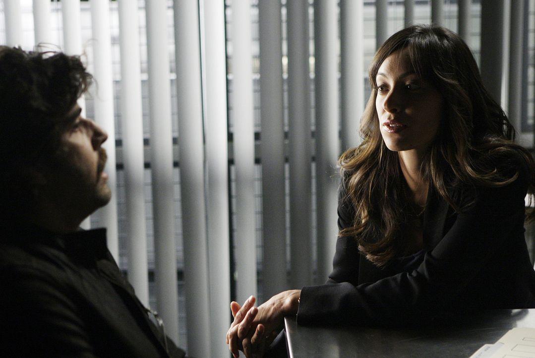 Bei ihren Ermittlungen stößt das Team auf Chris McNall (Adam Goldberg, l.). Doch hat er wirklich etwas mit dem Mord an Brett Fuller zu tun? Liz (Aya... - Bildquelle: Paramount Network Television